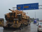 Ein Panzer wird als Teil eines Konvois in den türkischen Grenzort Kilis transportiert. (Bild vom 13. Dezember) (Bild: KEYSTONE/AP IHA/ISMET BICEN)