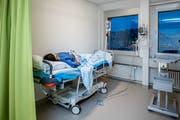 Jacqueline Senn nach der 30-minütigen Operation in der Aufwachkoje. (Bild: Philipp Schmidli (Luzern, 18. Dezember 2018))