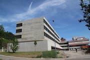 Der Neubau (links im Bild) wurde als Grund für das schlechte Halbjahresergebnis herangezogen. (Bild: Martin Knoepfel)