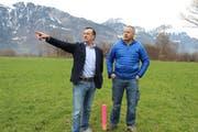 OK-Präsident Franzsepp Arnold (links) und Bauchef Hermann Herger begutachten die ausgesteckte Schwingfest-Arena auf der Flüeler Allmend. (Bild: Elias Bricker, Flüelen, Dezember 2018)