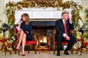 US-Präsident Donald J. Trump und seine Frau Melania beantworten beim traditionellen Weihnachtsmann-Radar Anrufe von Kindern. (Bild: Jim Lo Scalzo/EPA (Washington, 24. Dezember 2018))
