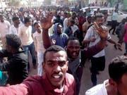 Bei Protesten gegen die Wirtschaftspolitik der Regierung sind im Sudan mindestens 37 Menschen erschossen worden. (Bild vom 20. Dezember) (Bild: KEYSTONE/AP Sudanese Activist)