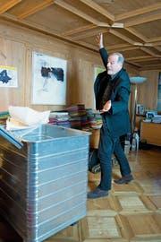 Dolfi Müller räumt sein Büro im Stadthaus auf. (Bild: Maria Schmid (Zug, 14. Dezember 2018))