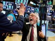 Abklatschen nach einem Erfolgreichen Börsentag: Zwei Händler an der New Yorker Wall Street. (Bild: KEYSTONE/AP/RICHARD DREW)
