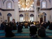 Menschen beim Gebet in einer Moschee in Berlin. (Bild: KEYSTONE/EPA/KAMIL ZIHNIOGLU)
