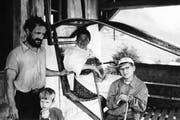 Ein deutscher Tourist fotografierte Anfang der 1960er-Jahre in der Bergstation die alte Sittlisalp-Bahn; in der Kabine seine Frau und rechts sein Sohn. Links im Bild sind Seilwart Brosi Arnold und Sohn Josef Arnold, heute freiwilliger Maschinist, zu sehen. Bild: PD
