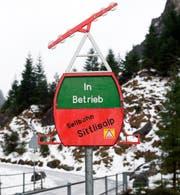 Das Schild in den Bielen weist Gäste darauf hin, ob die Seilbahn in Betrieb ist oder nicht. (Bild: Christof Hirtler, Unterschächen, 22. Dezember 2018)