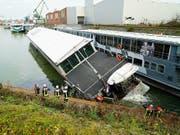In Köln ist ein 63 Meter langes Partyschiff in seinem Winterquartier gesunken. (Bild: KEYSTONE/APA/Feuerwehr Köln/--)