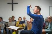 Chorleiter Alexander Seidel fordert Genauigkeit und Ausdruck. (Fotos: Michel Canonica)