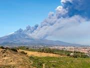 Nach dem Ausbruch des Ätna auf Sizilien am am Montag hat es in der Nacht auf Mittwoch weitere Beben gegeben. Mindestens zehn Personen wurden verletzt. (Bild: KEYSTONE/AP/SALVATORE ALLEGRA)