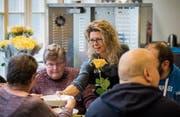 Pot-au-feu im Teller: Sandra Kern, Leiterin der Gassenküche, serviert ihren Gästen den zweiten von vier Gängen. (Bilder: Reto Martin)