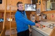 Maschinist Josef Arnold kontrolliert in der Seilhütte der Talstation der Luftseilbahn Brunnital–Sittlisalp die Ausfahrt der bergwärts fahrenden Kabine. (Bild: Christof Hirtler, Unterschächen, 22.Dezember 2018)