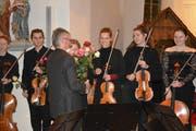 Andreas Schweizer, Präsident des Jugendorchesters Thurgau, überreicht den Musikern Rosen. (Bild: Monika Wick)