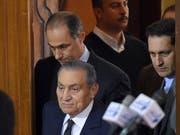Husni Mubarak (unten), flankiert von seinen Söhnen Gamal (links - oder hinter ihm) Alaa (ganz rechts) im Gerichtssaahl in Kairo. (Bild: KEYSTONE/EPA/MOHAMED HOSSAM)