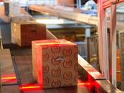 Die Förderbänder der Post standen in den Tagen vor Weihnachten nur für Wartungsarbeiten still: In den drei grossen Verteilzentren wurden täglich 1,4 Millionen Pakete sortiert. (Bild: KEYSTONE/GEORGIOS KEFALAS)