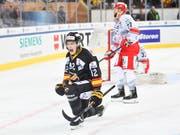Alexander Ruuttu (links) trifft für KalPa Kuopio Hockey gegen Ocelari Trinec (Bild: KEYSTONE/AP Keystone/GIAN EHRENZELLER)
