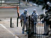 Forensiker an der Arbeit in Athen. Am Donnerstagmorgen explodierte bei einer griechisch-orthodoxen Kirche ein Sprengsatz, zwei Menschen wurden leicht verletzt. (Bild: KEYSTONE/AP/THANASSIS STAVRAKIS)