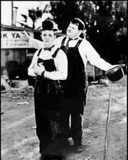 Stan Laurel (vorn) und Oliver Hardy: das berühmteste Komiker-Duo der Filmgeschichte. Im Volksmund heissen sie Dick und Doof – Hardy mimte immer den Überlegenen.