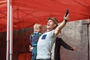 Der dreifache Familienvater Franz Arnold nimmt anlässlich an einer öffentlichen Probe einen seiner beiden Söhne mit auf die Bühne. (Bild: André Niederberger (Oberdorf, 10. Juli 2018))