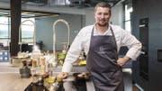 Norman Hunziker (23), der Teamchef der Schweizer Junioren Koch-Nationalmannschaft, kocht für unsere Leser ein Silvestermenü mit Überraschungen. (Bild: zvg)