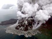 Erhöhte Warnstufe: Vulkan Anak Krakatau in der Sundastrasse in Indonesien. (Bild: KEYSTONE/EPA/NURUL HIDAYAT/BISNIS INDONESIA)