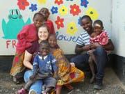 Kinder aus Tansania mit der Präsidentin von «Nakupenda Afrika», Leonie Fahrion. (Bild: PD)