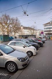 Die Parkplatz entlang der Bank CA. Auch sie sollen ab nächsten Frühling durch die Wochenmärkte und den Bauernmarkt belegt werden. (Bild: Urs Bucher - 27. Dezember 2018)