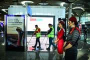 Flugbegleiterinnen und Reinigungskräfte am neuen Istanbuler Flughafen an dessen Eröffnungstag. (Bild: Burak Kara/Getty (29. Oktober 2018))