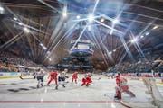 Das Startspiel: Trinec (in Rot) gegen Magnitogorsk. Bild: Andy Müller/Freshfocus (Davos, 26. Dezember 2018)