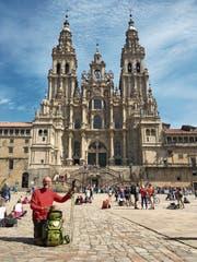 Von oben: Blick auf die Stadt Leon. Auf dem Weg über die Pyrenäen von Frankreich nach Spanien. Viele malerische Landschaften prägen den Jakobsweg. Das Ziel ist erreicht: Die Kathedrale von Santiago de Compostela. Auch über unzählige Brücken wie hier in Cahors (Frankreich) führt der Weg die Pilgerer. (Bild: Bilder: Kurt Liembd)
