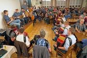 Am «Stubetä»-Finale nach Mitternacht spielten 23 Musikantinnen und Musikanten gemeinsam auf. (Bild: Franz Imholz, Unterschächen, 26. Dezember 2018)