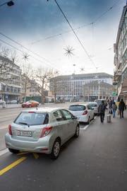 Ebenfalls auf den 1. April 2019 hin sollen die Parkplätze auf der Nordseite des Marktplatzes verschwinden. (Bild: Urs Bucher - 27. Dezember 2018)