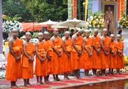 Nach der Rettung nahmen die Fussballspieler an einer Zeremonie im buddhistischen Tempel Wat Phra That Doi Wao im Gebiet Mae Sai teil — und posierten anschliessend für die Fotografen. (Bild: EPA/Chaichan Chaimun (Chiang Rai, 25. Juli 2018) )