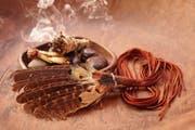 Räuchern mit Salbei soll negative Energien beseitigen. Mit Federn kann man sich den aromatischen Rauch zufächern. (Bild: Getty)