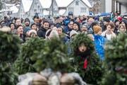 Der grosse Andrang am Teufner Silvester hat nicht nur gute Seiten: Die Silvesterchläuse haben es immer mehr mit aufdringlichen Zuschauern zu tun. (Bild: Michel Canonica (31. Dezember 2017))