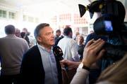 Ist auch in Davos am Spengler-Cup Jahr für Jahr ein gefragter Mann: René Fasel. (Bild: Gian Ehrenzeller/Keystone (Davos, 29. Dezember 2015))