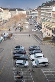 Die Parkplätze auf dem Marktplatz und dem Blumenmarkt (vorne im Bild) verschwinden erst auf den 1. April 2019 hin. Dies, weil die Aufwertungsmassnahmen für den ständigen Markt noch nicht spruchreif sind. (Bild: Urs Bucher - 27. Dezember 2018)