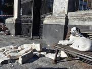Schäden nach Erdbeben auf Sizilien: Ein Hund geniesst die Sonne zwischen von einer Fassade abgebrochenen Trümmern. (Bild: KEYSTONE/EPA ANSA/ORIETTA SCARDINO)