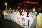 Oben: Die Leute demonstrierten vor der Stanser Mehrzweckhalle Turmatt und betraten diese nicht. (Bild: Philipp Schmidli)