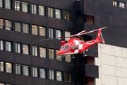Die Rega-Helikopter sollen das Kantonsspital St.Gallen in Zukunft auch bei sehr schlechter Sicht anfliegen können – per Satellitennavigation. (Bild: Urs Jaudas)