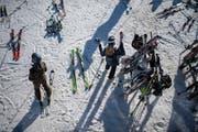 Nach der Mittagspause wieder ab auf die Piste: Skifahrer im Oberdorf. (Bild: Benjamin Manser (Wildhaus, 28. Dezember 2018))
