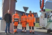 Markus Bänziger, Inhaber von Bänziger Kipper GmbH, Trogen, und seine Mitarbeiter Murat Thaqi, Sabri Rustemi und Naser Shabani auf einer der letzten Kehrichttouren des Unternehmens in Teufen. (Bild: MC)