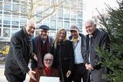 Stephan Weigelt (v.l.), Thomas Straumann, Kurt Wettstein, Nadine May, Peter Schweizer und Hugo Loretini bei der Übergabe. (Bild: Jonas Manser)