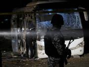 Sicherheitskräfte am Freitagabend am Ort des Anschlags, bei dem vier Menschen starben und zwölf verletzt wurden. (Bild: Keystone/EPA/STR)