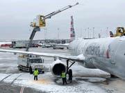 Am Donnerstag sind viele Flüge in den USA aufgrund eines Wintersturms ausgefallen oder waren stark verspätet. (Bild: KEYSTONE/AP/NOREEN NASIR)