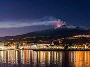 Nach dem durch den Vulkan Ätna ausgelösten Erdbeben auf Sizilien hat die italienische Regierung den Notstand für die betroffenen Orte auf Sizilien erklärt. (Bild: KEYSTONE/AP/SALVATORE ALLEGRA)
