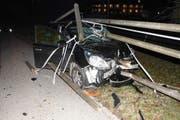 Die Autolenkerin fuhr den Zaun auf einer Länge von 30 Metern um. (Bild: Kantonspolizei St.Gallen)