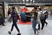 Unterhaltung für die Pendler: Ein Mann musiziert am Bahnhof Bern. (Bild: SBB)