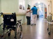 Ältere Menschen sehen sich auf Grund ihres Alters im Gesundheitswesen zuweilen ungerecht behandelt. Ein Freiburger Forscher will diesem Phänomen auf den Grund gehen. (Bild: KEYSTONE/CHRISTIAN BEUTLER)