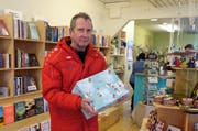 Hansjörg Briggen setzt sich gerne für «einen guten, sozialen und sinnvollen Zweck» ein und ist bei der Päckliaktion im Werdenberg für die Logistik zuständig. Hier holt er Pakete im Buchser Chaco-Lädeli ab. (Bilder: Hanspeter Thurnherr)
